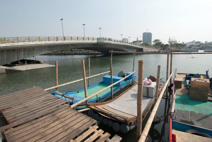 安億橋下河底景觀步道附近岸邊漁筏