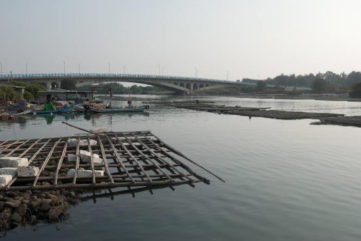 由路邊岸上拍漁光大橋全景及水上蚵坪