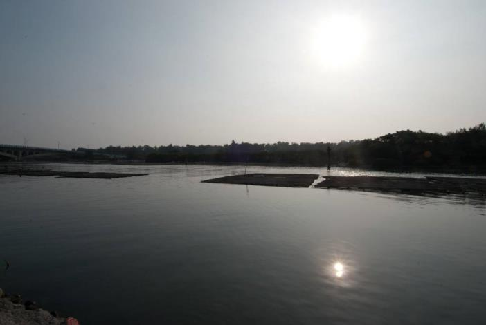 漁光大橋上看著水面蚵坪照片