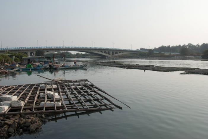 由路邊岸上拍漁光大橋全景