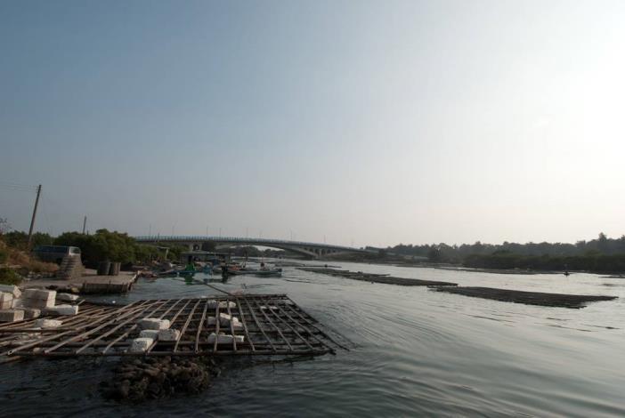 由路邊岸上拍漁光大橋全景船過水面水波濤起伏