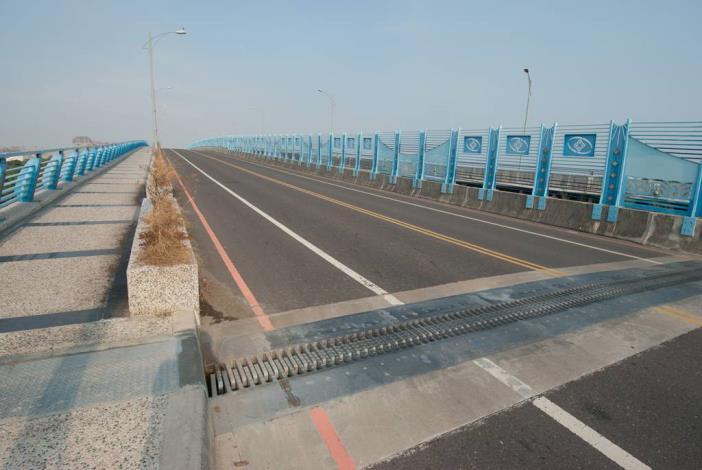 漁光大橋橋面的伸縮縫平整