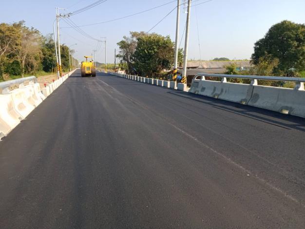 德元埤荷蘭村聯外道路拓寬完成-平整路面