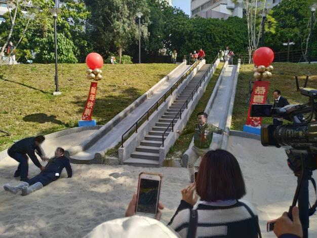 永康區新闢祥合公園設置共融式遊戲場-市長試玩大型溜滑梯