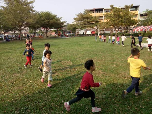 明亮公園小孩嬉玩一景