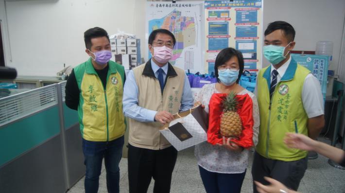 黃市長致贈鳳梨與天然酵母麵包餐盒.JPG