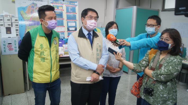 黃市長向記者報告防疫措施.JPG