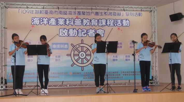 龍崗國小小提琴隊演出中.JPG