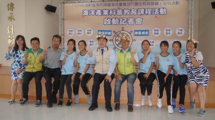 黃市長與龍崗國小學生合照.JPG