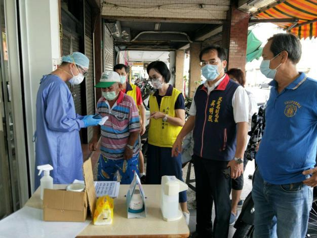 民政局副局長與南區區長至現場關心長者疫苗施打狀況