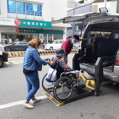 復康巴士載送長者至診所施打疫苗