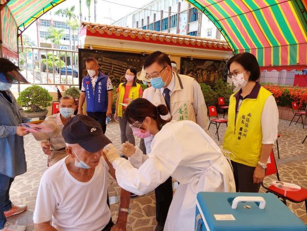 姜局長蕭區長於現場關懷接種狀況