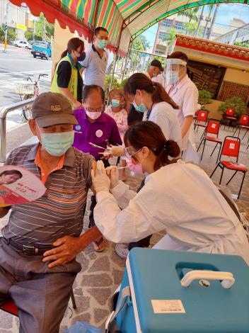 醫護人員施打疫苗