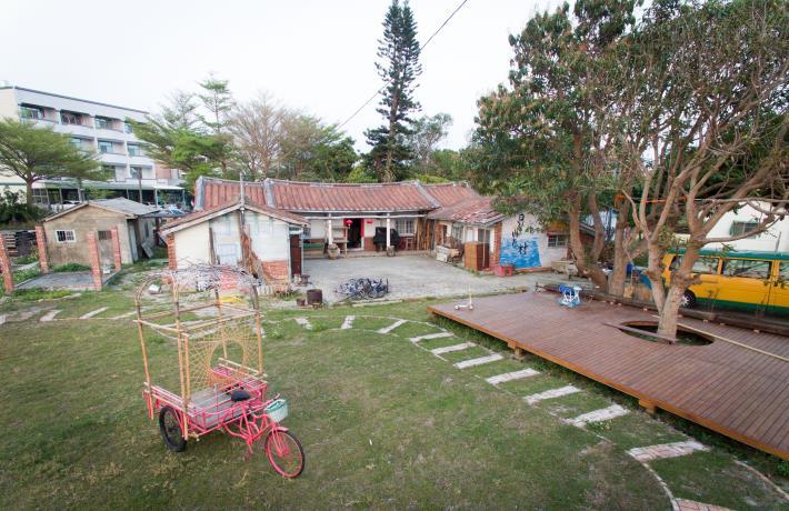 圖1.105年藉由與南華大學青年執行第1次的改造計畫『芽』,將厝前田地改造成戶外遊憩空