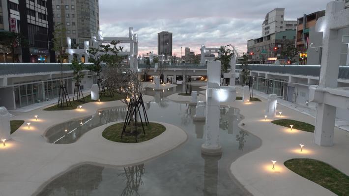 圖1-河樂廣場兼具綠地、廣場、親水池功能,白天夜間都適合來此一遊。