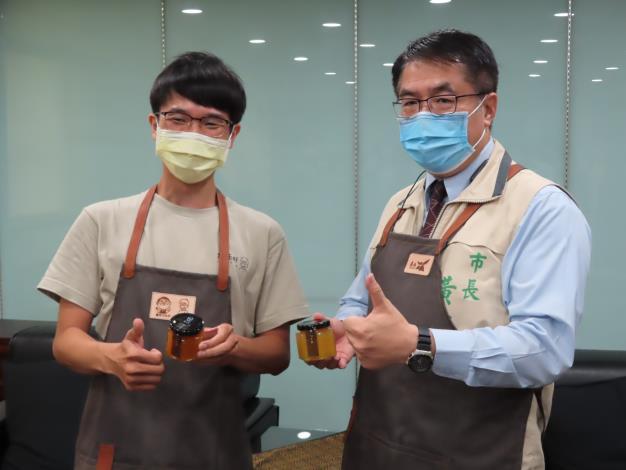 01市長與青委林韡勳合照.JPG