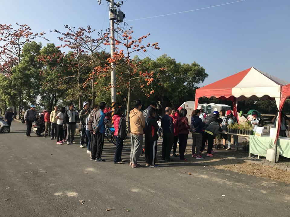 贈樹苗活動吸引大批民眾排隊
