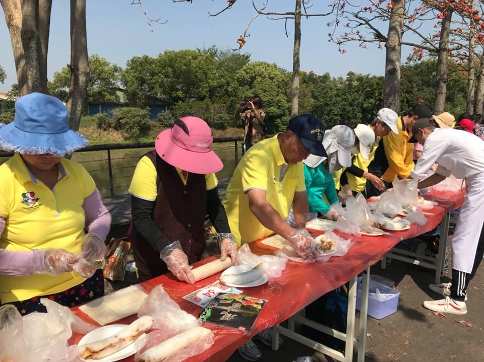 參與活動的民眾正在捲壽司