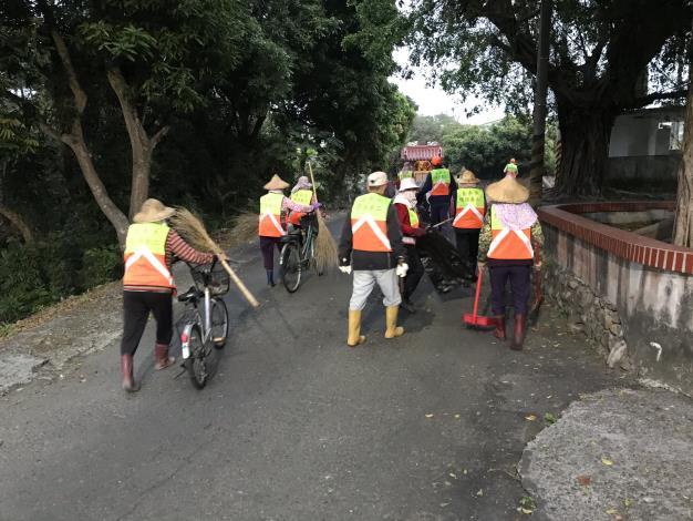 環保志義工們推著打掃工具沿路清潔街道