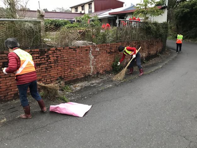 環保志義工們在社區辛勤打掃