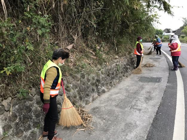 打掃街道落葉