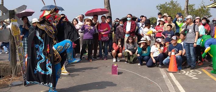 民眾圍觀街頭藝人表演