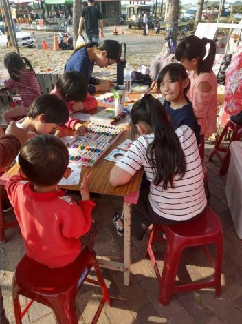 開心畫畫著色的小朋友們