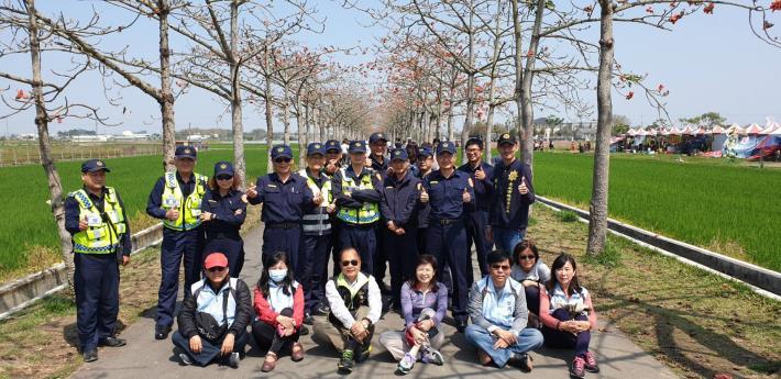 白河分局警察及公所團隊在木棉道上合照(圖2)