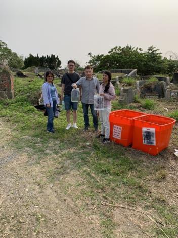 掃墓民眾領用水袋裝水