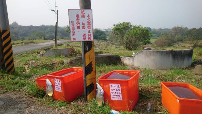 取水處的三個大桶子已加滿水供取用