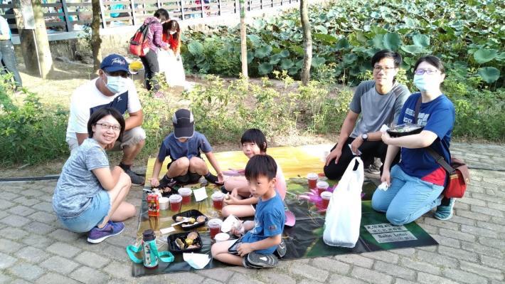 民眾一家人開心地享用蓮子早餐