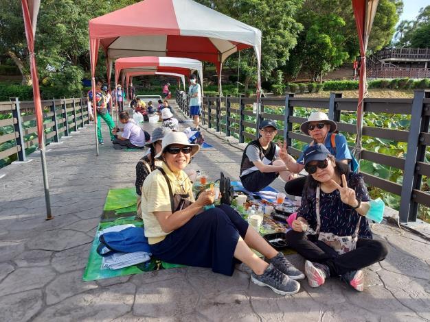 民眾坐在野餐墊上享用蓮子早餐(2)