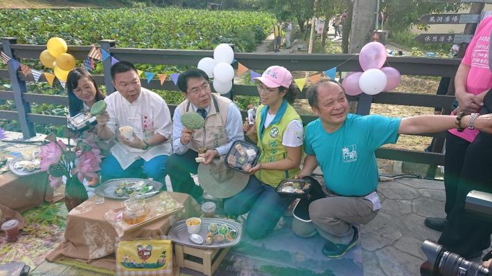 市長、議員、區長等人行銷美味蓮子餐