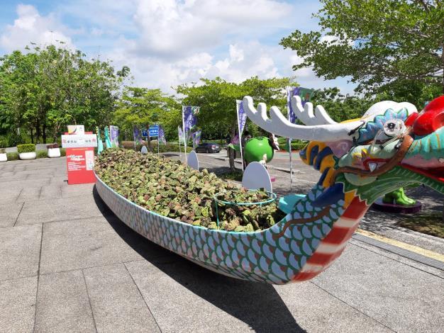 南仁湖企業為籌備一艘龍舟讓青農們裝滿空蓮蓬