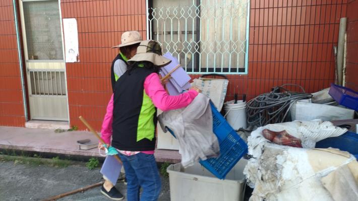 民宅外堆積大量廢棄物,檢視有無積水情形