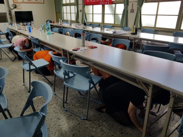 地震避難演練-躲到桌底趴下