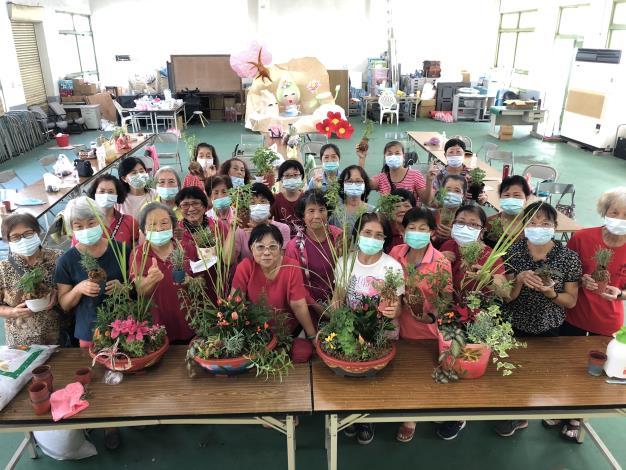 大家一起合力完成美麗的植栽擺盆