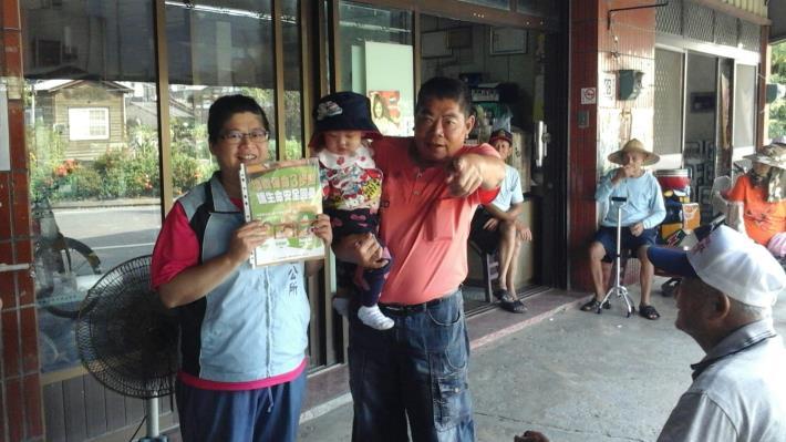 爺爺帶著孫子一起學習地震求生