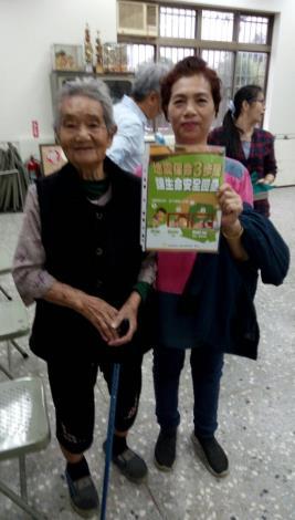 阿嬤與媳婦一起學習地震求生知識