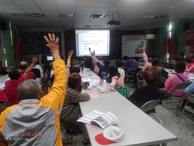 出席活動的志工們與主辦單位熱烈互動