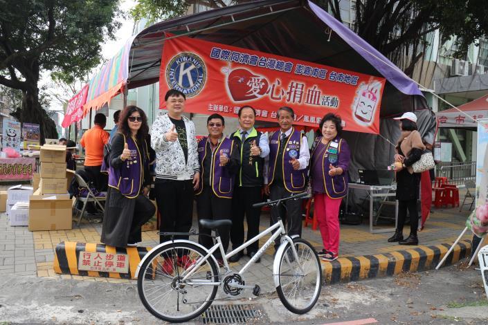 民眾捐血後抽中腳踏車,非常開心
