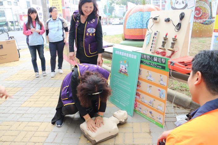 主辦本次捐血活動的鳳凰會成員們也來學習使用AED