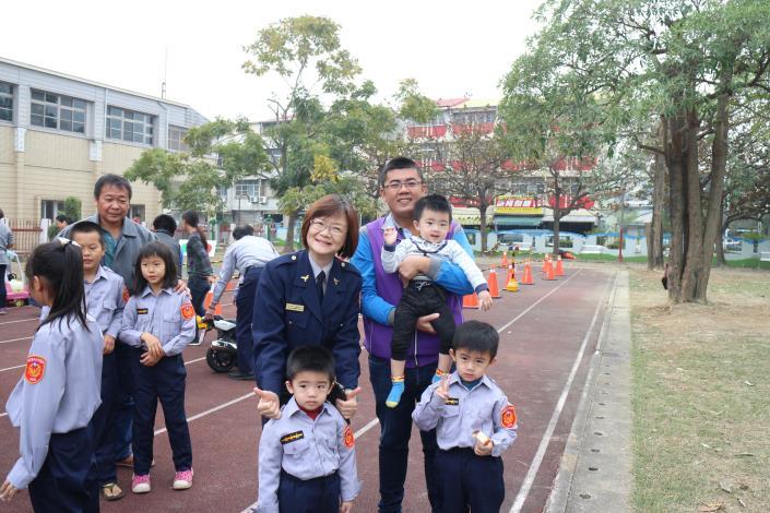 可愛的小朋友們穿上小小警察制服