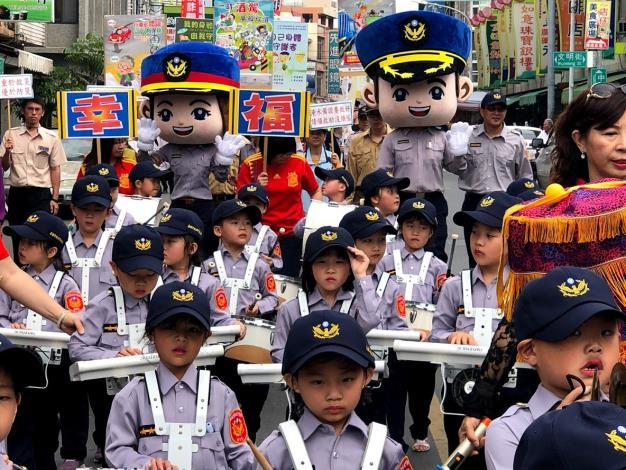 警察玩偶也跟著隊伍踩街