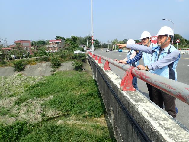 區長指示同仁應於颱風季來臨前做好防災準備工作