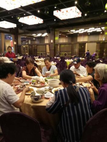 里民們一同享用桌菜