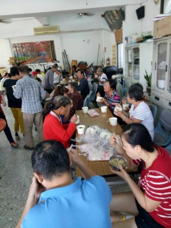 里民們在活動中心一起用餐