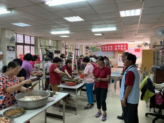 慶端午活動,大家將炒好的餡料包進粽葉裡