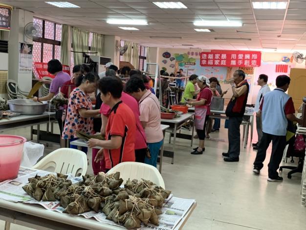 108年度竹門里地方發展里民慶端午活動-里民齊力包好一串又一串的粽子