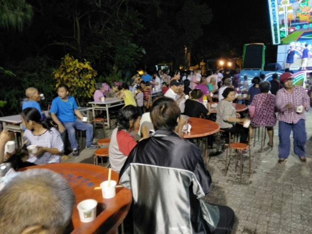 竹門里聯歡晚會,里民們在廣場前聚集